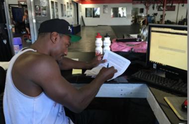 Phil Davis signs his Bellator MMA contract / Bellator MMA