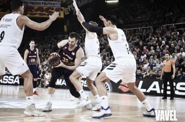 Víctor Claver luchando un balón en el Barcelona vs Real Madrid en Liga Endesa 2018/2019. Fuente: Noelia Deniz (vavel.com).