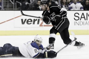 Alex Pietrangelo (STL) intenta tapar un tiro de Jeff Carter (LAK) | Foto: iDnes - Hokej