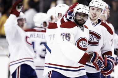 P.K. Subban felicitado por sus compañeros. Foto vía NHL.com.