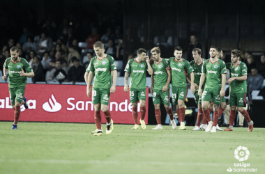 Los jugadores del Alavés celebran el gol de Pina. / Foto: LaLiga