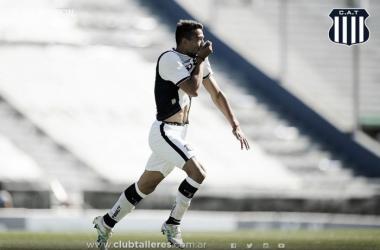 Ramis ya anotó el 2 a 0 final y festeja como todo hincha: besándose el escudo. (Fuente: página oficial)