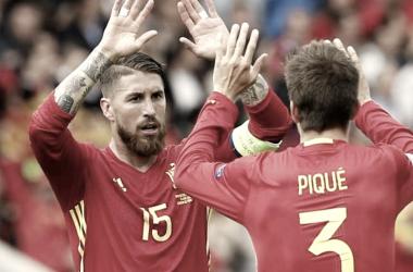 Piqué y Ramos durante un partido de la Roja | Foto: Reuters