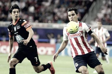 Rodolfo Pizarro y Omar Bravo. (Foto: SportsQro )