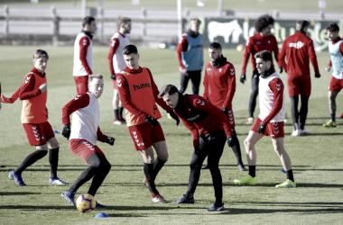 Los jugadores rojillos hacen rondos // Fuente: Osasuna