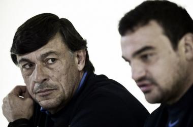 Foto: el entrenador en jefe, Daniel Hourcade, junto al capitán Agustín Creevy durante una conferencia de prensa. Crédito: Los Andes.