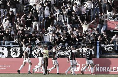 Los jugadores del CD Badajoz celebrando el tanto de Concha con sus aficionados// Foto: Federación Extremeña de Fútbol