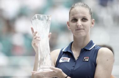 Pliskova posa con el trofeo de subcampeona. Foto: MIami Open.