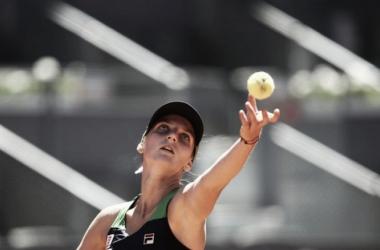 Karolina Pliskova al servicio durante el encuentro de hoy en Madrid. Foto: zimbio.com