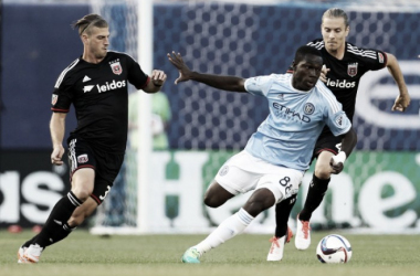 Kwadwo Poku battles for the ball against two DC United players. (Source: Adam Hunger/USA Today Sports)