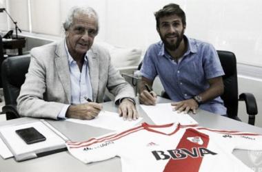 Ponzio en el momento de firmar el contrato junto a D'onofrio. FOTO: La Nación Diario.