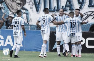 Los jugadores abrazan a Favio Álvarez tras abrir el marcador frente al 'lobo'. Fuente: Sitio oficial de Atlético Tucumán.