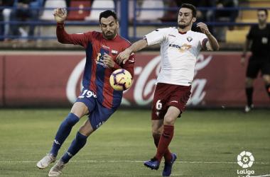 Enric Gallego pelea por un balón | Foto: LaLiga