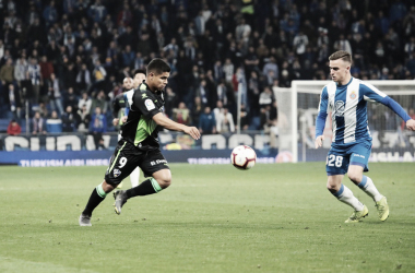 Cucho y Pedrosa disputando un balón el viernes por la noche / Foto: SD Huesca