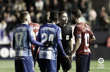 Koné, Ontiveros y Roberto Torres conversan con el colegiado <vía LaLiga>