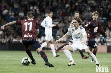 Modric pugna por un balón en un Madrid - Eibar de la temporada pasada/ Foto: Daniel Nieto (VAVEL)