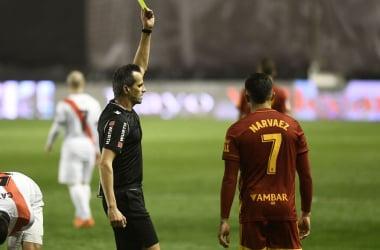 Juanjo Narváez siendo amonestado por Milla Alvéndiz. Fuente: Real Zaragoza
