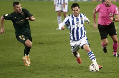 Silva conduce el balón en el anterior partido frente al Huesca // Foto: Real Sociedad