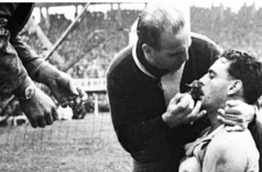 Hohberg siendo atendido tras el tanto del empate ante Hungría. | Foto: Uruguay