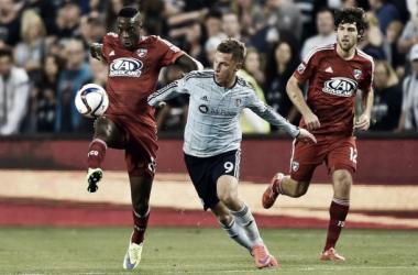 Németh disputa un balón con jugadores de FC Dallas    Imagen: soccerblog.dallasnewa.com