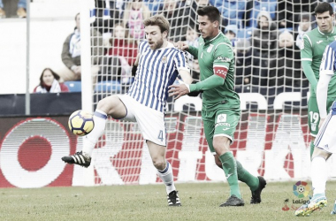 Illarramendi ante la presión de Gabriel. Foto: La Liga