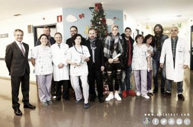 El Getafe realiza su tradicional visita navideña al hospital