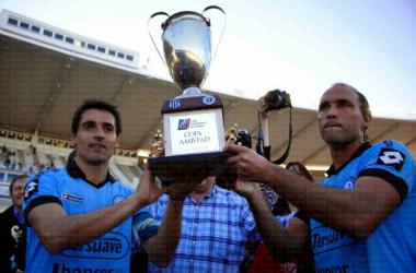 Farre y Turus con la Copa Amistad (Foto: La Docta FC)