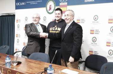 David Cal ficha por la UCAM junto a José Luís Mendoza y Alejandro Blanco (Fotografía: Gabinete UCAM)