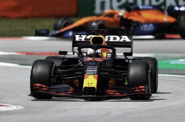 Verstappen se coló entre los dos mercedes en los libres 1. Vía: F1 en Twitter.