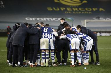 Todos los integrantes de la Real Sociedad se reúnen en una piña tras la eliminación de la Supercopa. Vía: Real Sociedad en Twitter.