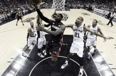 Un espectacular LeBron puede con los Spurs y empata la serie