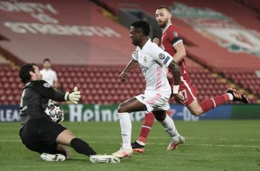 Alisson evita que Vinicius marque para su equipo. Vía: UEFA Champions League en Twitter.