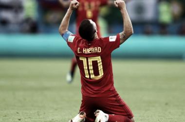 Eden Hazard, uno de los mejores para Bélgica, se tiró sobre el césped para celebrar el pase | Foto: FIFA