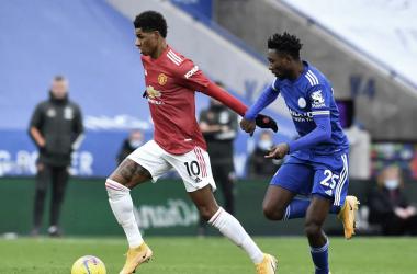 Rashford conduce el cuero ante la atenta mirada de Ndidi. Vía: Premier League.