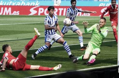 Alex Remiro evita el gol de Lucas Ocampos. Vía: Real Sociedad en Twitter.
