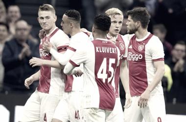 Los jugadores del Ajax celebran la apertura del marcador, obra de Donny van de Beek / @AFCAjax