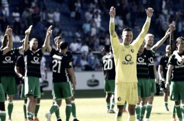 Los jugadores celebran con los aficionados desplazados desde Rotterdam. / @Feyenoord