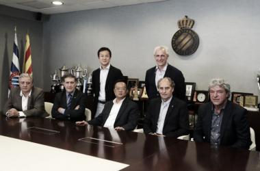 EL presidente Chen con los nuevos embajadores del club.   Foto: Web del RCD Espanyol.