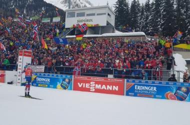 Johannes Boe a pris le temps de savourer sa victoire avec un drapeau de la Norvège. (Twitter: @IBU_WC)