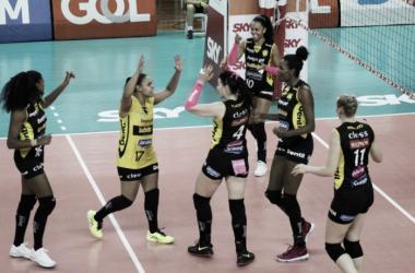 Praia Clube derrota Fluminense e segue sem perder sets na Superliga Feminina