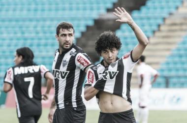 Luan comemorando gol, e ao fundo o atacante Lucas Pratto (Foto Bruno Cantini - Divulgação Atlético-MG)