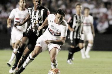 Recheado de 'gringos', São Paulo recebe embalado Atlético-MG na despedida de Bauza