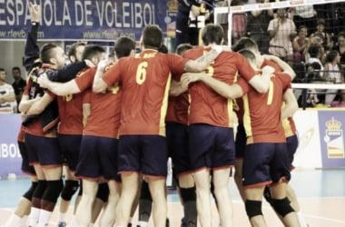 Selección española de voleibol celebrando la victoria. Foto: rfevb.com