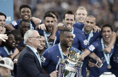 Claudio Ranieri y Wes Morgan levantando la Premier League. | Foto: SkySports