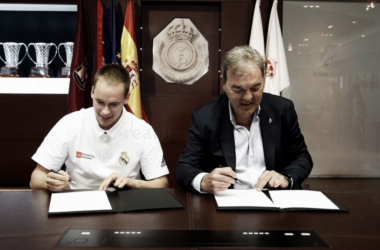 Prepelic firmando su contrato con el club blanco | Foto: RealMadrid.com