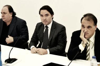 En el centro Martín Presa, presidente del Rayo y a la derecha Javier Tebas, presidente de LaLiga | Fotografía: ElCorreoWeb