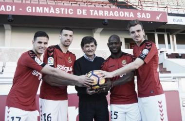 Los cuatro fichajes grana posando con el presidente de la entidad grana, Josep Maria Andreu, el día de su presentación   Foto: gimnasticdetarragona.cat