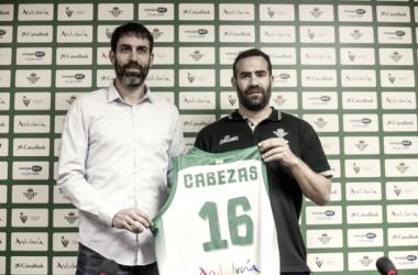 Carlos Cabezas, presentado como jugador del RealBetis Energía Plus (Foto: realbetisbaloncesto.com)