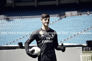 Thibaut Courtois posa con la camiseta del Real Madrid | Foto: Pablo Rodríguez (VAVEL)