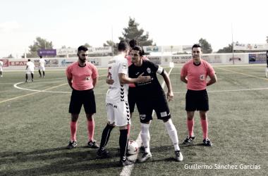 Los capitanes de los dos equipos se saludan antes del partido de ida disputado en Ibiza. Foto: Atlético Baleares